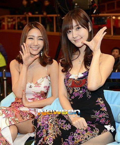 韩国超级美女助阵搏击赛 旗袍开叉到腰秀美腿