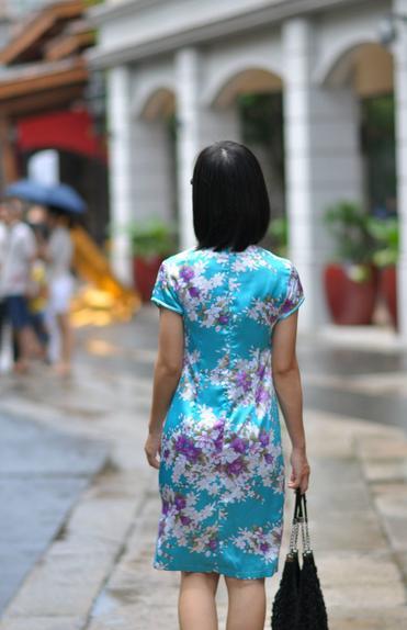 碎花旗袍出镜时 南国盛夏大雨后
