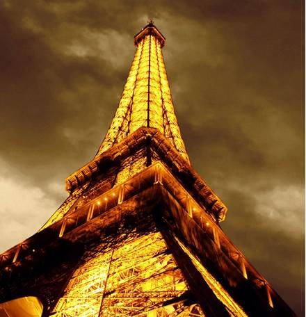法国铁塔向上看