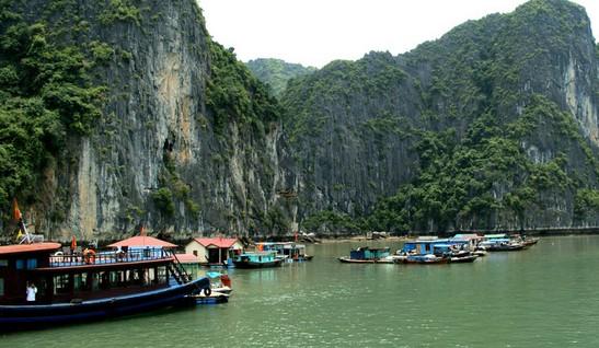 越南下龙湾的游客们