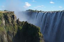 赞比亚的维多利亚瀑布是世界上最高大的瀑布之一
